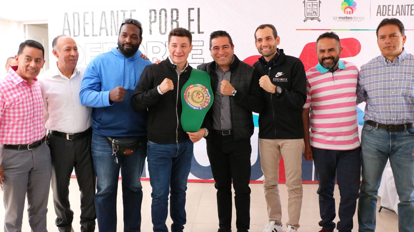 "Entregan ""Beca San Mateo Atenco"" a boxeador William Zepeda."