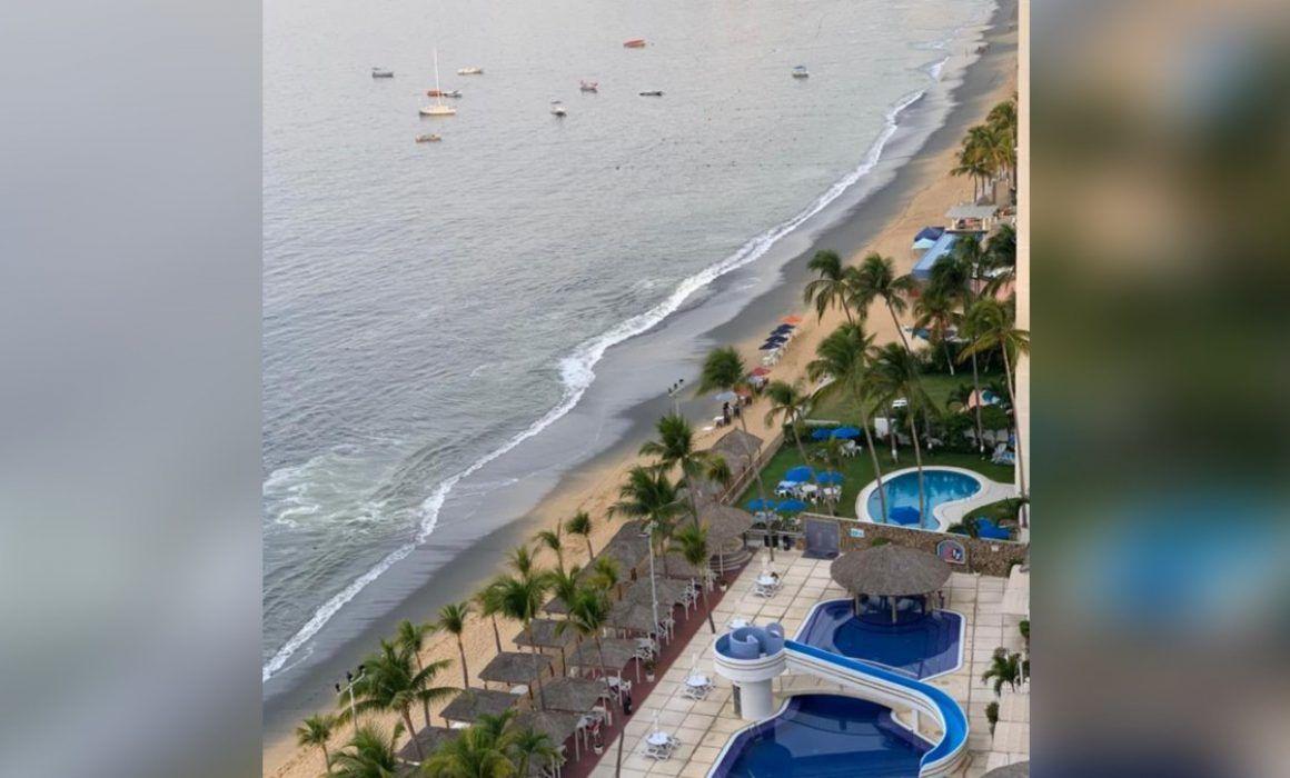 Playa de Acapulco se cubre de una larga capa de arena negra