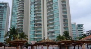 Departamento en venta Century Resorts Acapulco      $550,000 USD  300 m2, 4 recamaras, 4 baños completos, sala, comedor, cocina, cuarto de lavado.  Alberca, sauna, vapor, cancha de tenis, jacuzzi, gym, cancha de futbol rápido, salón de adultos, sala