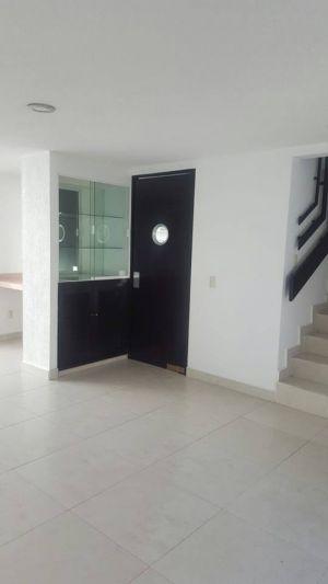 EN RENTA BONITA CASA EN FRACCIONAMIENTO EL PARAÍSO. EN COATLINCHAN TEXCOCO, EXCELENTES ACCESOS CERCA DE LA CASETA DEL CIRCUITO MEXIQUENSE EXTERIOR. Dentro de un Fraccionamiento privado. Casa con tres habitaciones, sala comedor, cocina integral, terraza, área de lavado, tres baños y