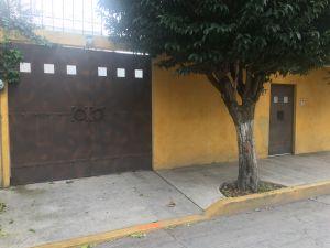 Oportunidad - Se Vende Casa  Ubicada en calle cerrada, San Lorenzo Texcoco, Edo. México  Superficie Total Terreno 170 Mts. 2 , con 115 Mts. de Construcción  Uso actual oficina Recepción, sala- comedor, 3 recámaras, bodega , 2 medios baños, cafetería, garage 1