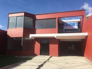 Se vende casa amplia en San Miguel Tlaixpan (Texcoco) 4 hab s/closet, 3 baños completos, 1/2 baño, planta baja, estudio, patio trasero y patio delantero, garage. Informes al celular 771 240 73 78