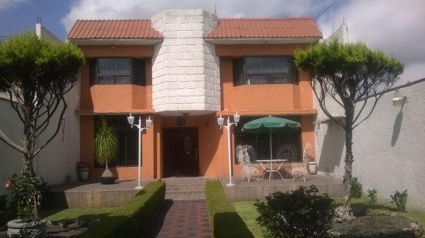 CASA EN RENTA LA CONCHITA, TEXCOCO Casa de 4 Recámaras (la principal con vestido y un baño completo) sala, comedor, cocina integral, estudio, cantina, cuarto de lavado, jardín, portón eléctrico, sistema de alarma y estacionamiento para 3 autos.