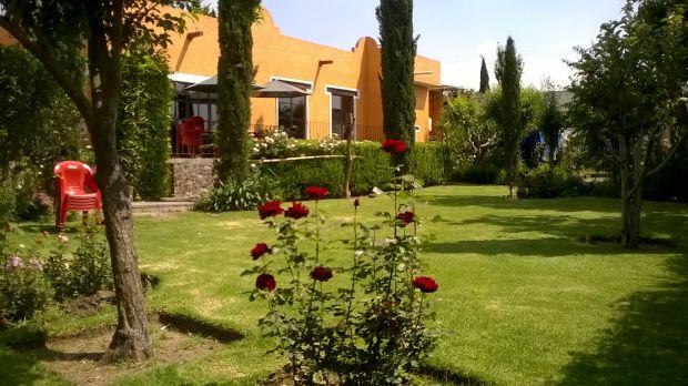 Preciosa casa tipo colonial en Teotihuacan, construida en 1090 mts2 de terreno, consta de 4 recamaras, 2 salones, sala, comedor, cocina, grandes, 6 baños, patio de 150 mts2, con arcada colonial, en la planta alta departamento listo para loza, jardín