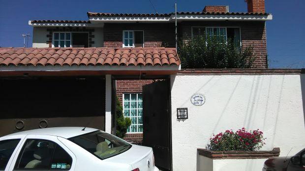 Casa en venta en Texcoco, Excelente ubicación  Casa de dos niveles en el fraccionamiento La Cabaña (atrás de la Escuela de Bellas Artes)   Ideal para vivir en zona muy tranquila y estar cerca del dentro de Texcoco y de la Autopista  La