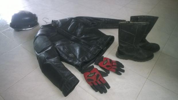 Chamarra para motociclista, casco tipo aleman ajustable, botas piel #6 y guantes en piel. Todo por 1200.00 mil docientos pesos