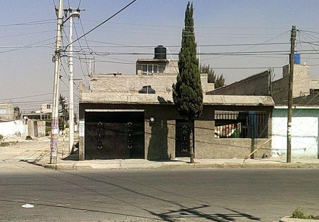 Se vende casa en esquina entre Avenida Comonfort y Avenida Las Torres aun costado de Elektra y Avenida del Mazo tiene 190 metros cuadrados de terreno, tiene Escritura Pública, Cisterna, 2 estacionamientos para autos chicos, tiene todos los servicios y
