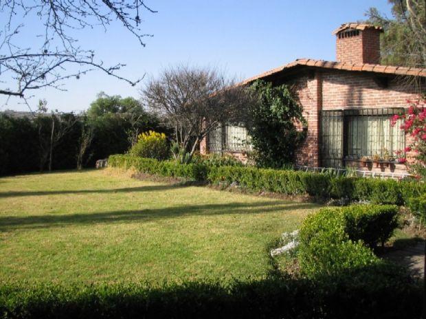 RENTO CASA EN SAN MIGUEL TLAIXPAN:   4 habitaciones y 4 baños divididos en una casa y 1 cabaña. La casa tiene 2 chimeneas;con amplio jardín donde puede tener perros. Incluye jardinero. Renta $18,000 pesos