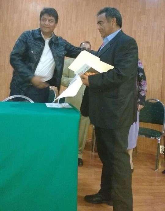 El licenciado Luis Ayala Ramos recibe reconocimiento