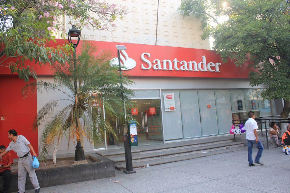 Extienden billetes falsos en sucursales bancarias de for Sucursales que abren los sabados santander