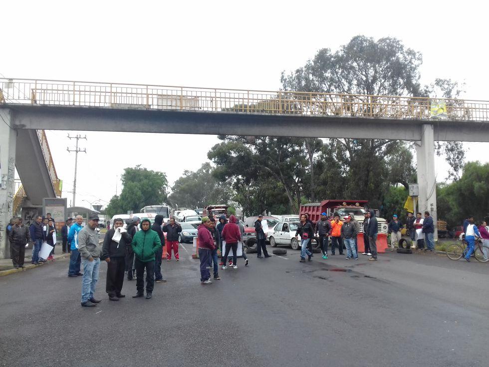 Vecinos de Coatlinchán bloquean la México- Texcoco; exigen ampliación de avenida González