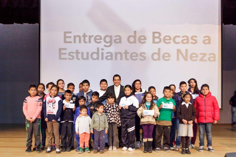 El alcalde de Nezahualcóyotl, Juan Hugo de la Rosa  entregó 14 mil 475 becas a estudiantes pobres