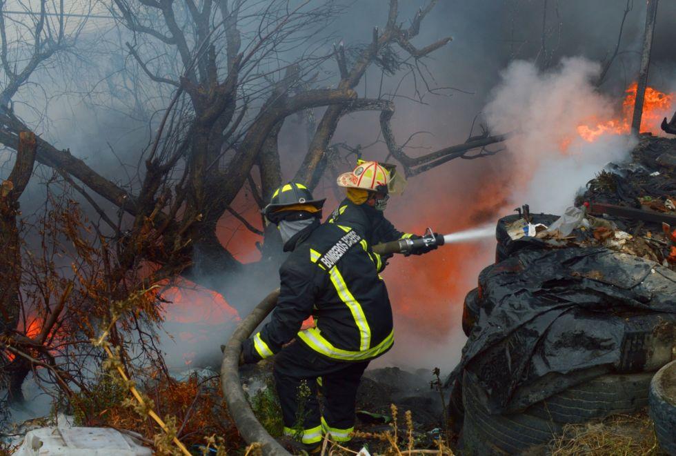 Sofocan bomberos de Ecatepec incendioen predio de colonia Buenavista