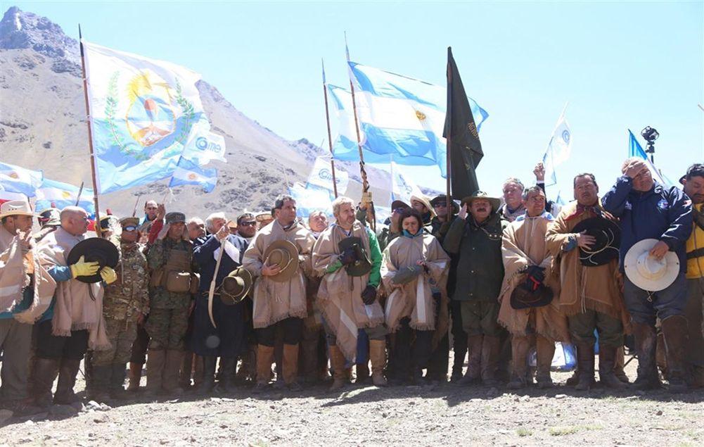 Acto en el límite argentino - chileno por el Cruce de los Andes