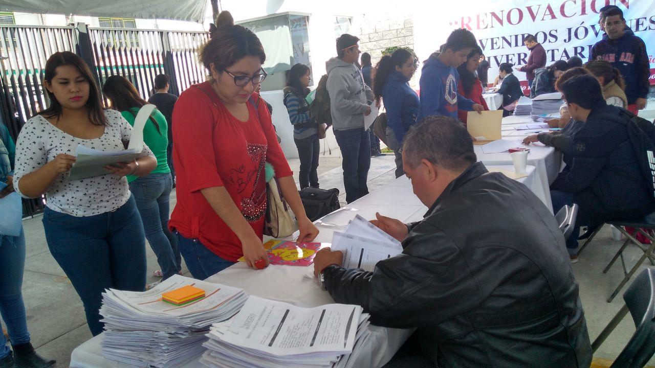 En Texcoco estudiantes de Universidad reciben apoyo para sus pasajes