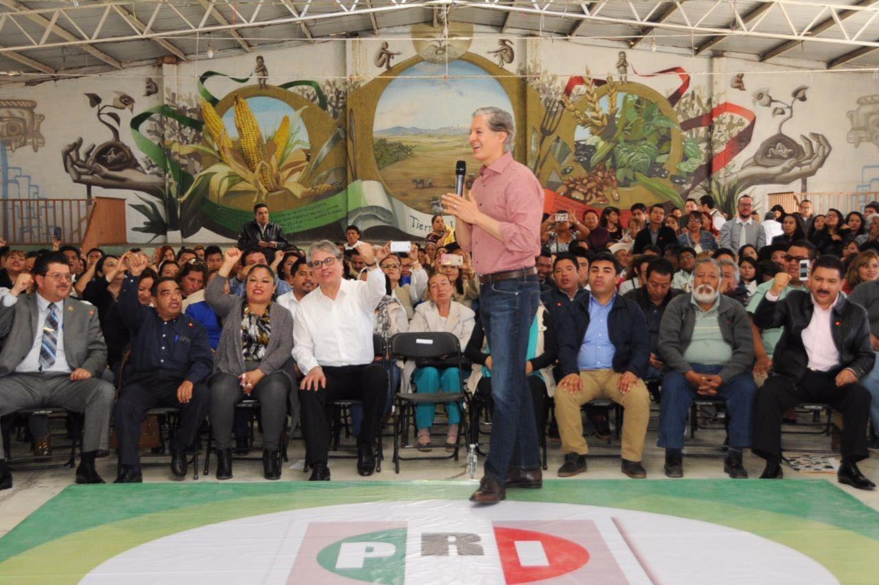 Alfredo del Mazo de la mano con la gente en Chicoloapan