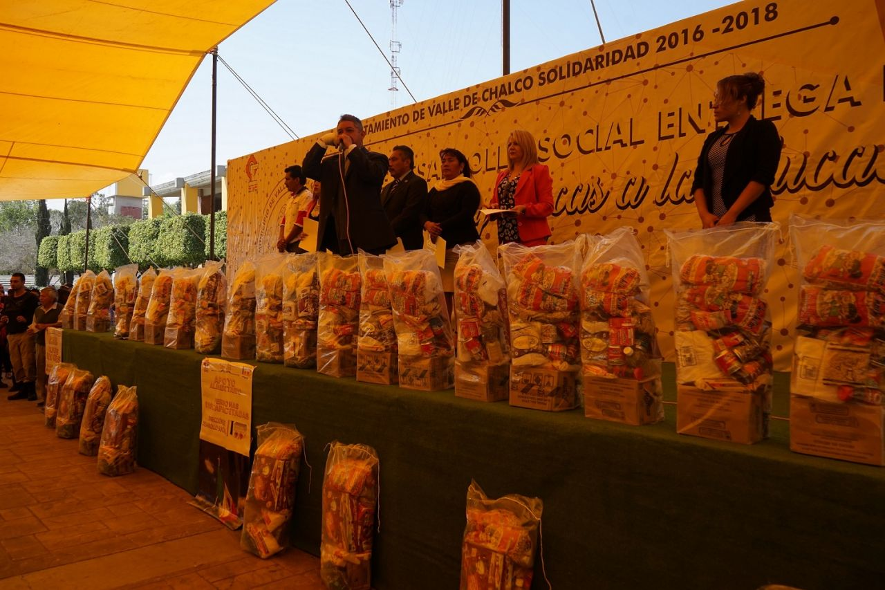 En Valle de Chalco Ramón Montalvo  entrega apoyos alimenticios y becas