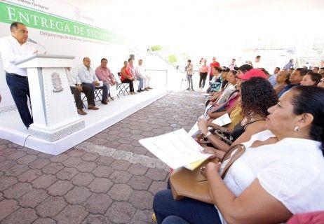 Entrega Astudillo escrituras de  vivienda; da certidumbre a 70 familias