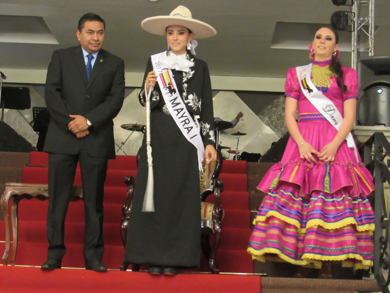 Coronan a Mayra l como reina de la Feria Internacional del Caballo Texcoco 2017