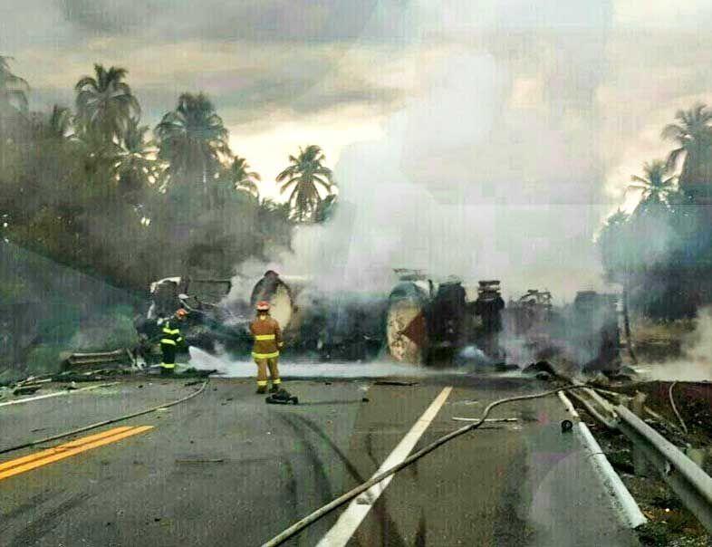 Choca pipa con autobús y deja 8 heridos en la carretera Siglo XXI