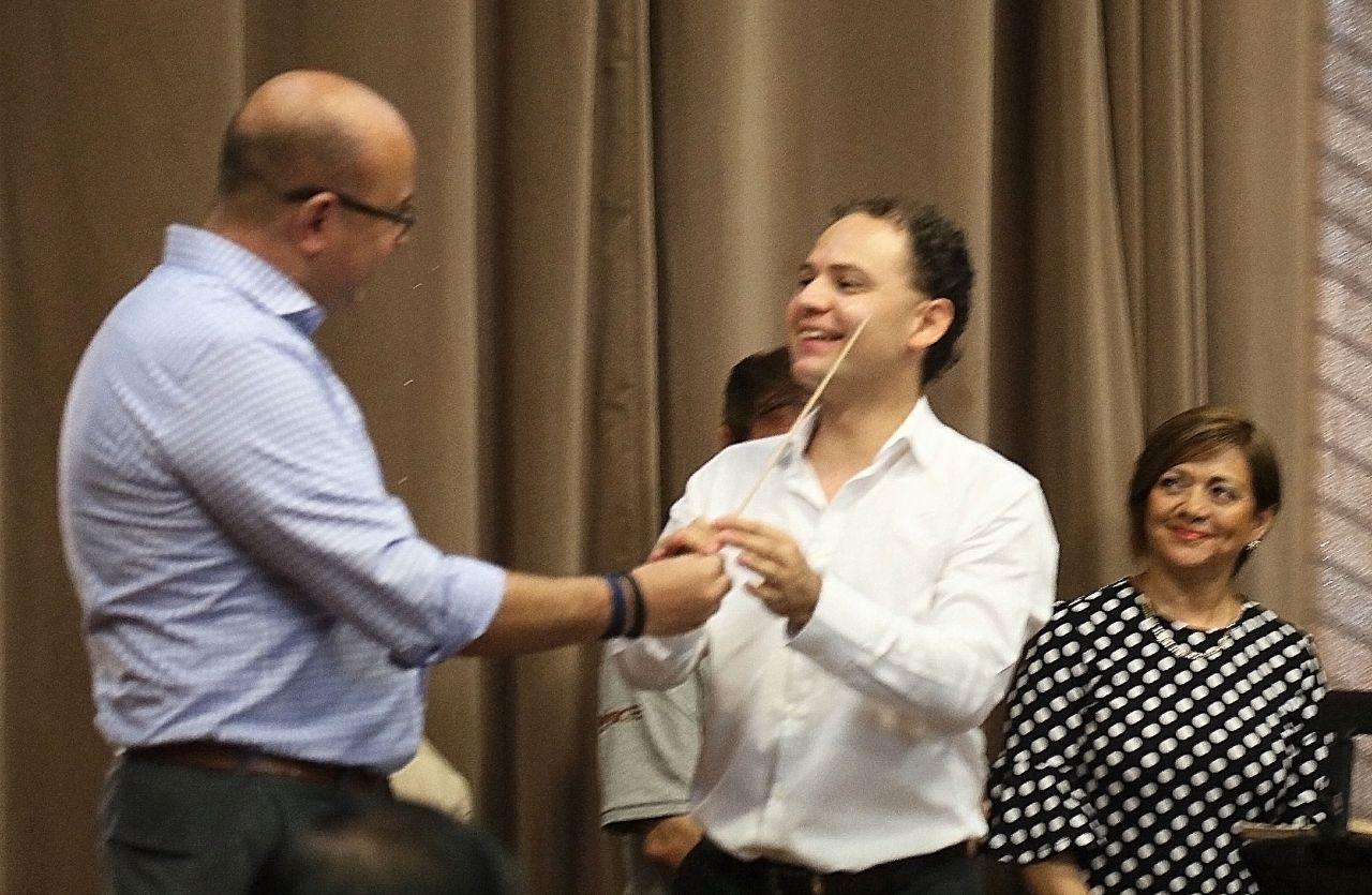Entrega Papik Ramírez la batuta de la OSSLA al maestro Miguel Salmón del Real