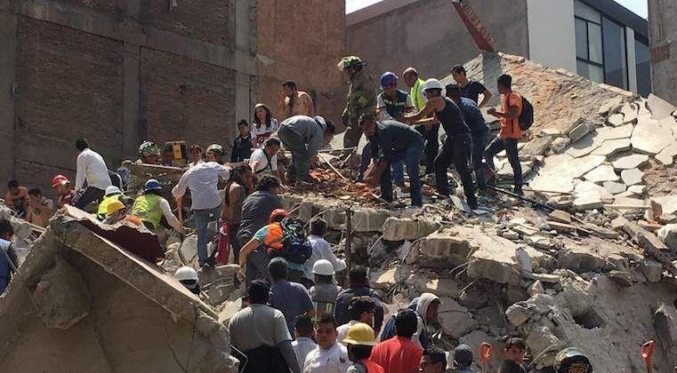 Continúa búsqueda de personas atrapadas en edificios derrumbados