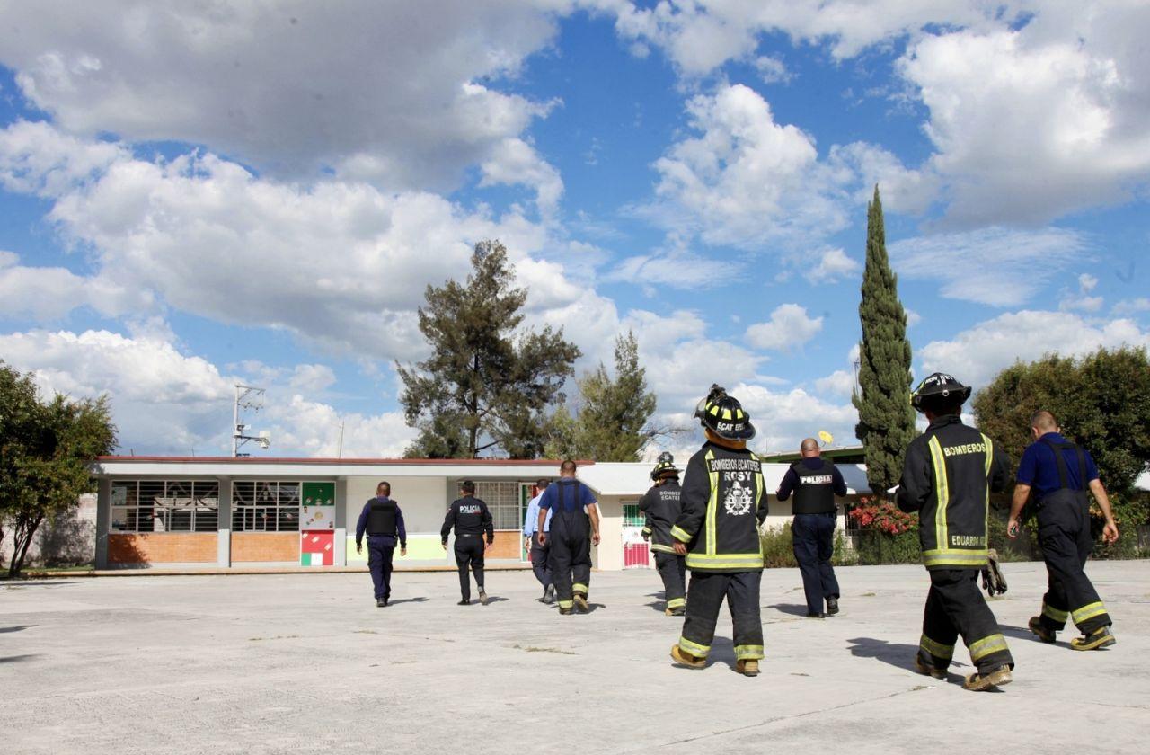 Personal de la Dirección de Protección Civil y Bomberos, atiende las zonas afectadas tras el sismo de 7.1 grados Richter en Ecatepec