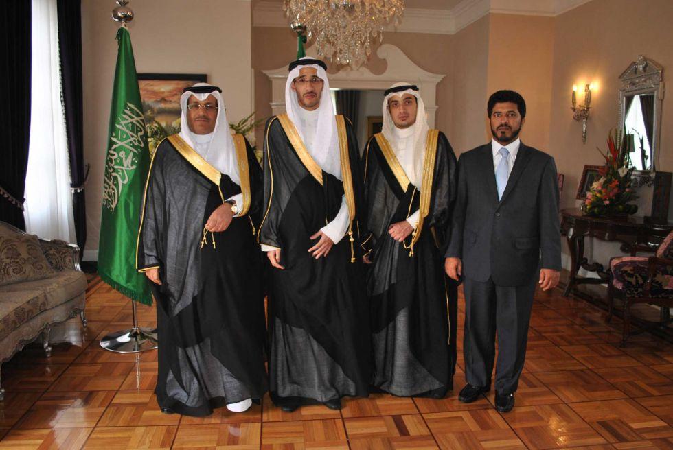 Tensión en Arabia, Rey ordena redada contra parientes y altos funcionarios públicos.