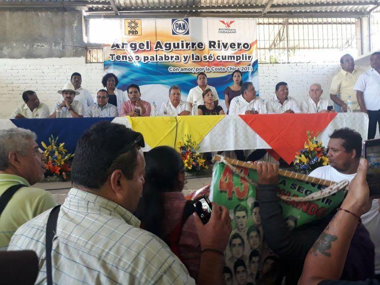 Reaparece Ángel Aguirre y lo increpan padres de los 43 normalistas