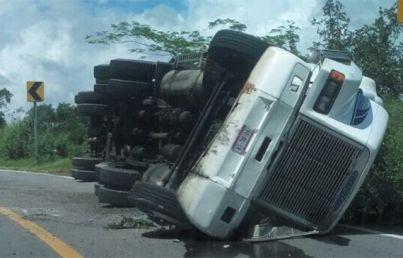 Tráiler cargado con papel higiénico vuelca en la carretera México Toluca