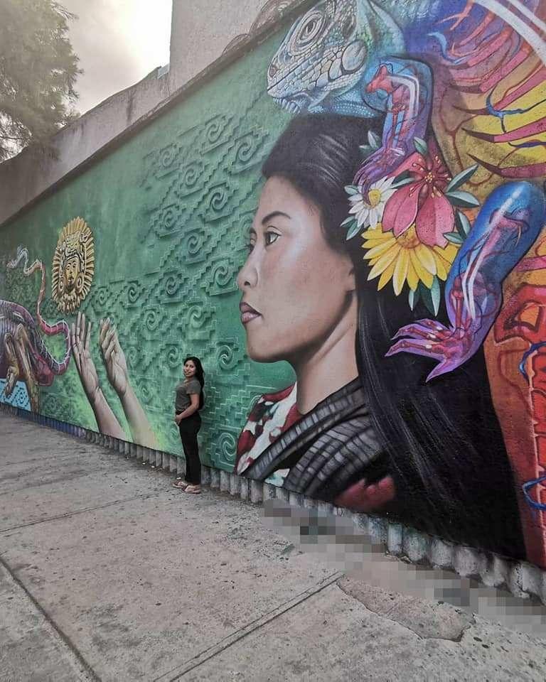 Yalitza Aparicio posa junto a su mural